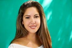 Lycklig latinamerikansk flicka för folksinnesrörelser på den gröna väggen Arkivfoton