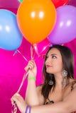 Lycklig latinamerikansk gullig kvinna med ballonger royaltyfri foto