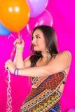 Lycklig latinamerikansk gullig kvinna med ballonger royaltyfri bild