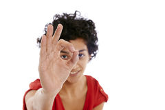 Lycklig latinamerikansk kvinna som gör det ok tecknet med handen Arkivfoto