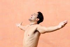 lycklig latinamerikansk man Arkivbilder