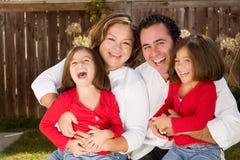 Lycklig latinamerikansk moder och fader med deras döttrar Arkivfoton