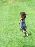 lycklig latinamerikansk parkrunning för flicka Arkivbilder
