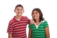 Lycklig latinamerikansk syskongrupp som isoleras på vit Royaltyfri Fotografi