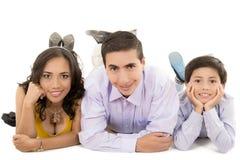 Lycklig latinofamiljstående - som isoleras över a Arkivfoton