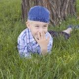 lycklig lawn för pojke little arkivbild
