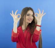Lycklig le affärskvinna med det ok handtecknet Royaltyfri Foto
