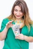 Lycklig le affärskvinna som bär i grönt omslag med pengar Hållande pengar för kvinna Begrepp av pengar Arkivbilder