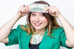 Lycklig le affärskvinna som bär i grönt omslag med pengar Hållande pengar för kvinna Begrepp av pengar Arkivfoto