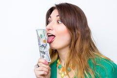 Lycklig le affärskvinna som bär i grönt omslag med pengar Hållande pengar för kvinna Begrepp av pengar Arkivbild