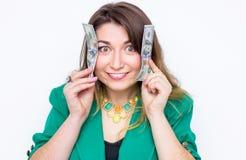 Lycklig le affärskvinna som bär i grönt omslag med pengar Hållande pengar för kvinna Begrepp av pengar Arkivfoton