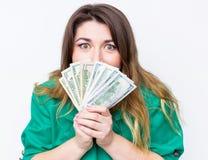Lycklig le affärskvinna som bär i grönt omslag med pengar Hållande pengar för kvinna Begrepp av pengar affär finans, besparing, - Arkivbild