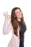Lycklig le affärskvinna som ger det ok tecknet fotografering för bildbyråer