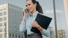 Lycklig le affärskvinna som talar över mobil stock video