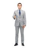 Lycklig le affärsman i dräkt som skakar handen royaltyfri foto