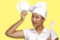 Lycklig le asiatisk kinesisk kvinnakock på arbete Royaltyfri Fotografi