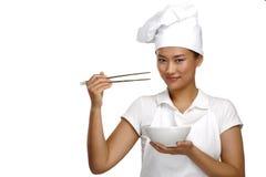 Lycklig le asiatisk kinesisk kvinnakock på arbete royaltyfria bilder