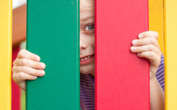 Lycklig le barnflicka på lekplatsen Fotografering för Bildbyråer