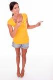 Lycklig le brunett som pekar till vänstersida Royaltyfria Foton