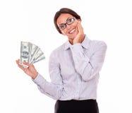 Lycklig le brunettaffärskvinna med pengar Arkivbild