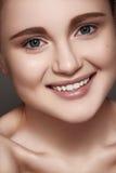 Lycklig le flicka med ren hud, sunda vita tänder royaltyfri fotografi