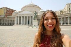 Lycklig le flicka som tar selfiefotoet i Naples med piazzadel royaltyfri foto