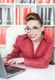 Lycklig le galen affärskvinna för framgång royaltyfri foto
