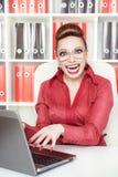 Lycklig le galen affärskvinna för framgång royaltyfri fotografi
