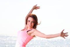 Lycklig le glad härlig ung gladlynt Caucasianfe för kvinna Arkivfoto