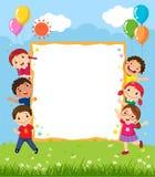 Lycklig le grupp av ungar som visar det tomma brädet vektor illustrationer
