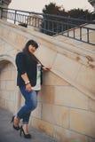Lycklig le härlig överviktig ung kvinna i mörker - blått omslag utomhus på gatan Säker fet ung kvinna Xxl kvinna Royaltyfria Bilder
