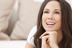Lycklig le härlig brunettkvinna Arkivfoto