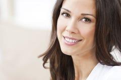 Lycklig le härlig brunettkvinna Arkivfoton