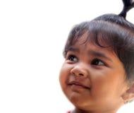 Lycklig le indisk unge eller barn som ler och ser upp Fotografering för Bildbyråer