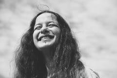 lycklig le kvinna arkivbild