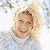 lycklig le kvinna royaltyfri foto