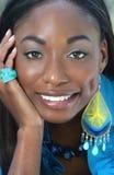 lycklig le kvinna för afrikansk blå framsida Arkivbild