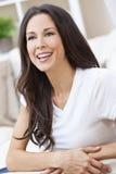lycklig le kvinna för härlig brunett Arkivbild