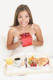 lycklig le kvinna för födelsedaggåva Fotografering för Bildbyråer
