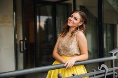 Lycklig le kvinna i fantastisk aftonklänning arkivfoton