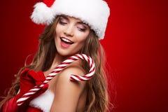 Lycklig le kvinna i Santa Claus juldräkt Arkivbilder
