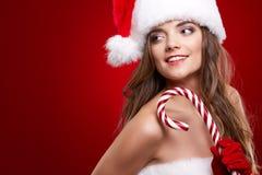 Lycklig le kvinna i Santa Claus juldräkt Royaltyfria Foton