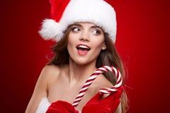 Lycklig le kvinna i Santa Claus juldräkt Royaltyfri Fotografi