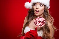 Lycklig le kvinna i Santa Claus juldräkt Arkivbild