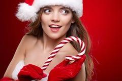 Lycklig le kvinna i Santa Claus juldräkt Royaltyfria Bilder