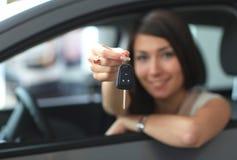 Lycklig le kvinna med biltangent royaltyfri bild