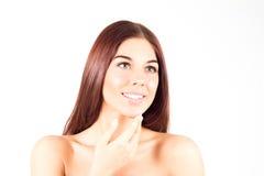 Lycklig le kvinna med den rörande hakan för rakt rött hår Begrepp för hudomsorg kvinna för granskning s för århundrade för 20 skö Royaltyfria Foton