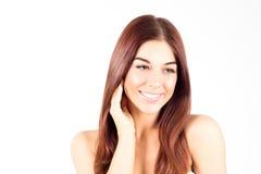 Lycklig le kvinna med den rörande kinden för rakt rött hår Begrepp för hudomsorg kvinna för granskning s för århundrade för 20 sk Arkivbilder