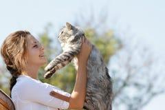 Lycklig le kvinna med katten Fotografering för Bildbyråer