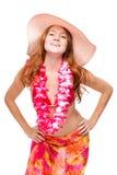 Lycklig le kvinna med rött hår i strandbild i blom- lei Arkivfoton
